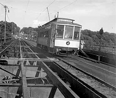 A streetcar on the Lake/Marshall bridge in 1950.