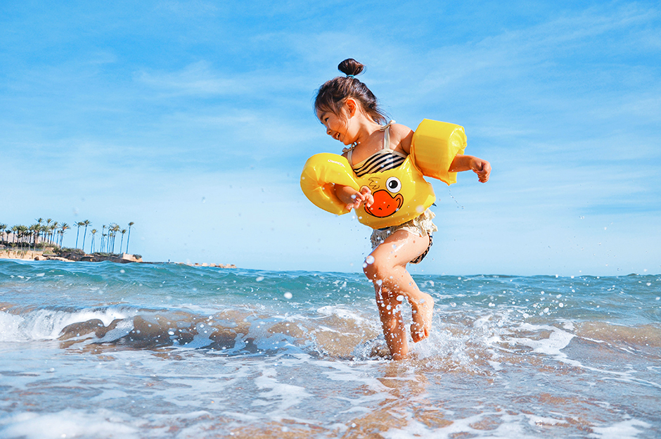 Too much exposure to the sun's ultraviolet radiation can be dangerous, for it damages the skin, increasing the risk of developing skin cancer. That risk is particularly high when the exposure comes during childhood.
