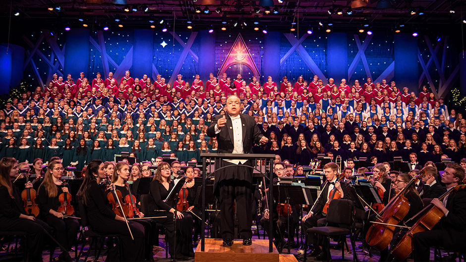 Dr. Anton Armstrong conducting the Massed Choirs and St. Olaf Orchestra during the 2019 Christmas Festival.