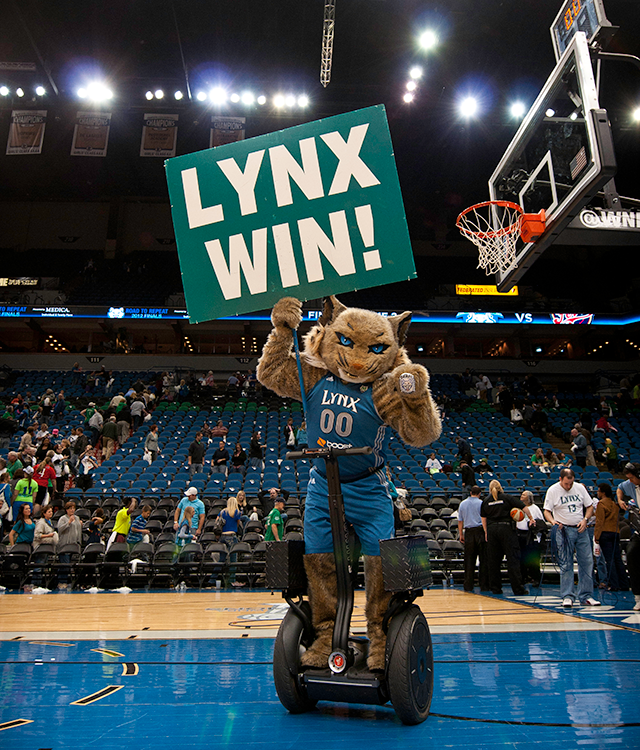 "Prowl holding ""Lynx Win!"" sign"