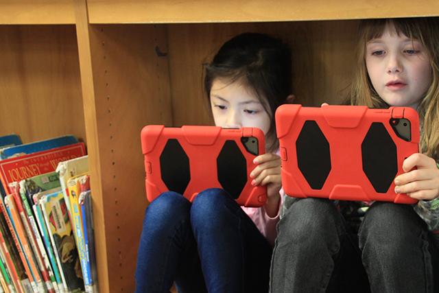 Bella Nguyen, 7, and Alexis Kamrowski, 7