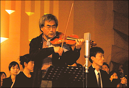 Young-Nam Kim performing with the PyongYang National University Symphony Orchestra