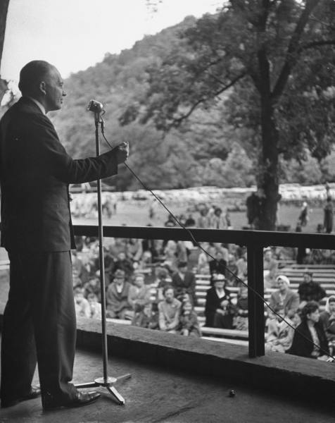 Harold Stassen campaigning, 1946