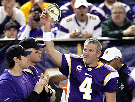 Brett Favre tips his cap to the crowd during the fourth quarter of the Vikings' game on Sunday.