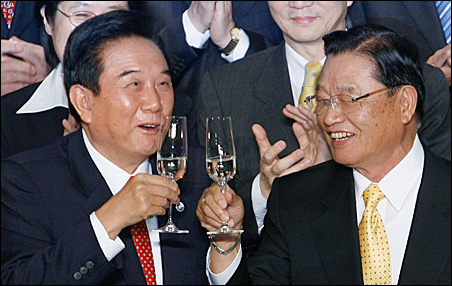 Chen Yunlin, left, chairman of China's Association for Relations Across the Taiwan Straits, toasts with Taiwan's Straits Exchange Foundation Chairman P.K. Chiang during a signing ceremony in Taichung on Tuesday.
