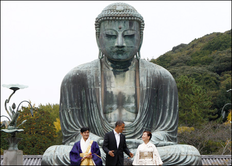 President Barack Obama stands between Takao Sato, chief monk of the Kotoku-in Temple, and Michiko Sato, the director of the temple, during a visit to the Great Buddha statue in Kamakura on Sunday.