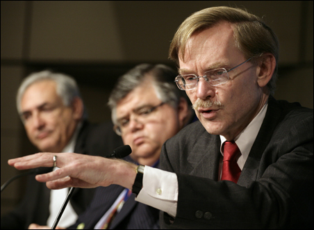 World Bank President Robert Zoellick, right, speaks at a joint news conference Sunday with IMF Managing Director Dominique Strauss-Kahn, left, and Mexico's finance minister, Agustin Carstens.