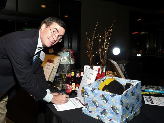 MinnPost board member Jack Dempsey bidding on an auction item