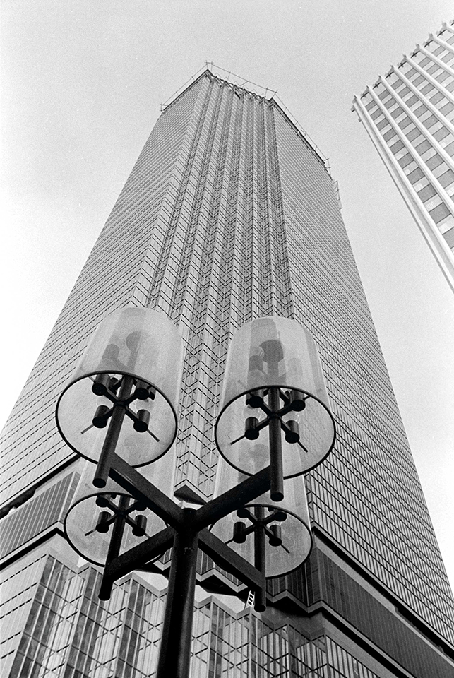 photo of IDS center skyscraper from ground