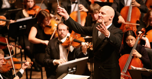 """Mark Russell Smith conducts """"War Requiem"""""""